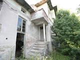 Масивна двуетажна къща в село на 10 км от Велико Търново