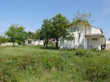 Масивна двуетажна вила до езеро,в село на 47 км от Велико Търново