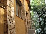 Реновирана триетажна къща с двор в Центъра до метро