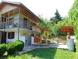 Двуетажна къща с добре поддържан двор в района на Щъркелово гнездо