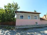 Реновирана  и стара къщи  с голям двор в село на 30 км от В.Търново