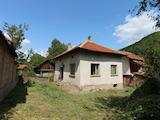 Селски  имот с двор, само на 100 км от София, до язовир