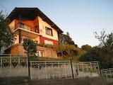 Две функционални къщи в един двор с гараж на 18 км от столицата