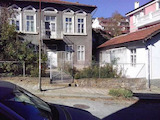 Two houses with a small yard in the top center of Veliko Tarnovo
