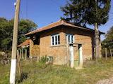 Тухлена къща с голям  двор в село на 50 км от Велико Търново