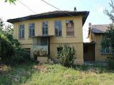 Две  къща с  двор в град на 13 км от В.Търново