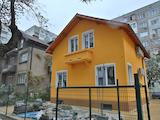 Къща с двор и гараж