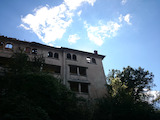 Четириетажна сграда в центъра на красив планински град