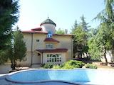 Къща с басейн и поддържан двор