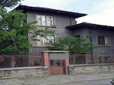Двуетажна къща с двор и работилница  в град Ловеч