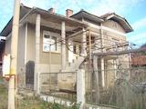 Селска къща с голям двор в планински район с красива природа