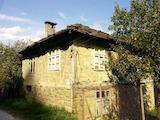 Двуетажна къща само на 9 км от град Плачковци