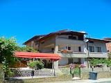Триетажна къща с двор и гараж в центъра на Черноморец