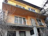 Триетажна къща с малък двор  в град Ловеч