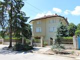 Триетажна къща с голям двор и склад на 7 км от В. Търново