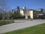 Сграда, земя и лаборатория заедно с база за зърно