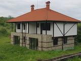 Комплекс от два типа еднофамилни къщи в град Априлци