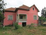 Едноетажна къща с двор до главен международен път