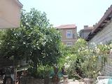 Двустаен апартамент със собствен двор в центъра на Бургас