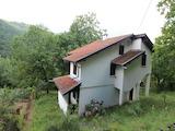 Реновирана двуетажна къща в село на 10 км от Габрово