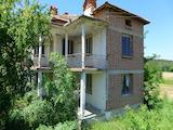 Двуетажна къща с двор в село Устрем