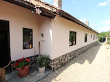 Голяма едноетажна къща с гараж в село  на 50 км от В. Търново