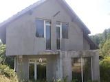 Монолитна двуетажна къща в квартал на град Троян