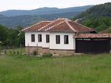 Реновирана едноетажна къща с двор до град Елена