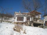 Къща с двор на 45 км от София