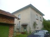Двуетажна къща с двор и гараж на 25 км от Враца