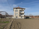 Триетажна къща с голям двор и 2 гаража в с. Градина
