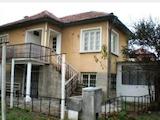 Масивна двуетажна къща със стопански постройки в спокоен район