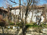 Полумасивна къща с гараж в добре развито село