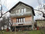 Триетажна къща с голям двор във вилна зона до СПА курорт