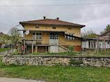 Массивный дом в деревне недалеко от Велико Тырново