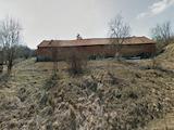 Ферма с прилежаща земя в полупланински район със свежи пасища и гори
