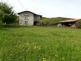 Къща с двор стопанска постройка близо до град Трявна