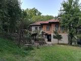 Двухэтажный дом с большим двором в 10 км от города Елена вблизи г. Велико Тырново