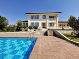 Роскошный дом с наружными и внутренними бассейнами и видом на море и горы